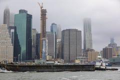 纽约的图象有一艘通过的驳船的 图库摄影