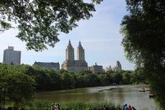 纽约看法从湖的在有casttle的中央公园 免版税库存图片