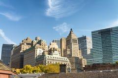 纽约老和现代地平线在一晴朗的秋天天 库存照片