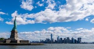 纽约自由女神像和纽约地平线 免版税库存照片