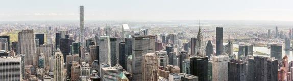 纽约街道和摩天大楼全景 免版税库存图片