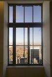 纽约视图通过ï ¿ Rockï ¿ ½观看的区域的½上面窗口在洛克菲勒中心,纽约, NY的 免版税库存图片