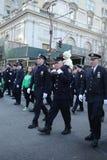 纽约警察局在纽约任命前进在圣帕特里克` s天游行军官 免版税库存图片