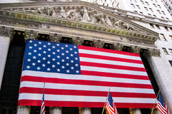 纽约证券交易所挂美国国旗 库存照片