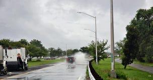 纽约雨汽车水坑飞溅声安全危险 图库摄影