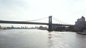 纽约鸟瞰图在美国 飞行在East河在曼哈顿桥梁附近,布鲁克林区看法的寄生虫  股票录像