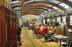 纽约,威严第3 :盛大中央驻地从曼哈顿的内部Foodcourt在纽约 库存照片