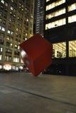 纽约,威严第3 :红色立方体广场在百老汇的夜之前从曼哈顿在纽约 库存图片