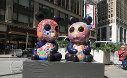 纽约,曼哈:画展`花梢动物狂欢节` -熊猫雕塑 免版税库存照片