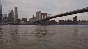 纽约,纽约,美国- 2018年12月30日:布鲁克林大桥和曼哈顿下城纽约黄色水出租汽车的 股票录像