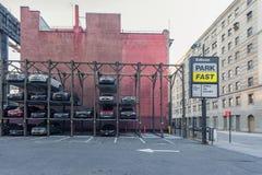 纽约,纽约- 2013年12月27日:与停车处汽车的公园快速的地区 库存照片