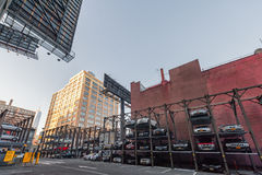 纽约,纽约- 2013年12月27日:与停车处汽车的公园快速的地区 库存图片