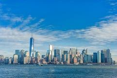 纽约,纽约- 2013年12月28日:与哈得逊河的NYC都市风景 蓝天 免版税库存图片