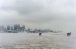 纽约,纽约- 2014年1月11日:哈得逊河在与有薄雾的纽约都市风景的冬天在背景中 库存图片