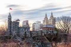 纽约,纽约- 2014年1月13日:城堡在NYC的中央公园 都市风景在背景中 免版税库存照片