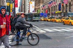 纽约,纽约- 2013年12月30日:街道在纽约,曼哈顿 许多出租汽车司机和人民 免版税库存照片