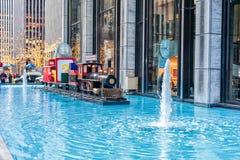 纽约,纽约- 2013年12月27日:Waterpool和圣诞节火车在NYC 圣诞灯 地图集中心曼哈顿新的洛克菲勒・约克 免版税图库摄影