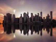 纽约,美利坚合众国- 2017年4月28日:从布鲁克林大桥公园的曼哈顿街市地平线在纽约 免版税库存图片