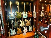 纽约,美利坚合众国- 2016年5月02日:从胭脂红街道吉他的细节在纽约购物 库存图片