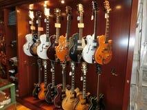 纽约,美利坚合众国- 2016年5月02日:从胭脂红街道吉他的细节在纽约购物 免版税库存照片