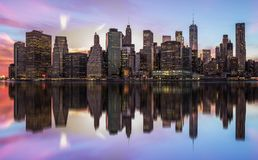 纽约,美利坚合众国- 2017年4月28日:纽约曼哈顿有安装在黄昏的摩天大楼的地平线全景 免版税库存图片
