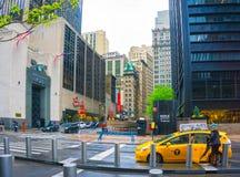 纽约,美利坚合众国- 5月01,2016 :人们在世纪21百货商店之前走在曼哈顿,纽约 免版税图库摄影