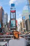 纽约,美国,观光在一辆露天公共汽车的NY的2017 6月19日,游人 库存图片