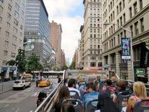 纽约,美国,观光在一辆露天公共汽车的NY的2017 6月19日,游人 图库摄影
