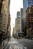 纽约,美国,2013年5月3日 在曼哈顿街道的出租汽车  图库摄影