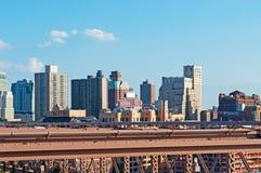 纽约,美国:地平线、摩天大楼和从2014年9月16日的布鲁克林大桥观看的布鲁克林邻里 免版税库存照片