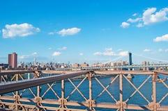 纽约,美国:地平线、摩天大楼和从2014年9月16日的布鲁克林大桥观看的曼哈顿桥梁 库存照片