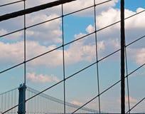 纽约,美国:通过拉紧被观看的曼哈顿桥梁2014年9月16日的布鲁克林大桥 库存照片
