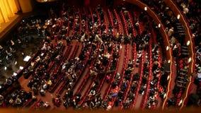 纽约,美国2017年12月:剧院的观众的顶视图离开观众席的在表现以后 影视素材