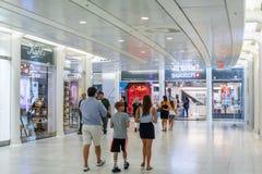 纽约,美国- 2018年8月:走往样片商店的人们在Oculus购物中心,纽约 样片是瑞士人 免版税库存照片