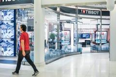 纽约,美国- 2018年8月:通过官员Tissot商店的人在Oculus购物中心,纽约 Tissot是a 免版税库存照片