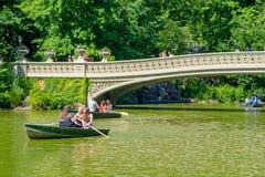 纽约,美国- 2016年11月22日:享用和用浆划在弓桥梁的中央公园,纽约的未认出的人民 库存图片