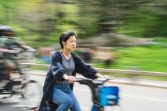 纽约,美国- 2018年5月5日:人乘坐的自行车在中央公园在纽约 库存照片