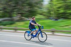纽约,美国- 2018年5月5日:人乘坐的自行车在中央公园在纽约 免版税库存照片