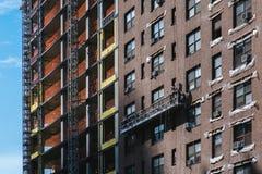 纽约,美国- 2017年6月22日:关闭细节修造外部与反射曼哈顿中城,纽约,美国 库存图片