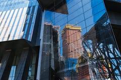 纽约,美国- 2017年6月22日:关闭细节修造外部与反射曼哈顿中城,纽约,美国 免版税库存照片