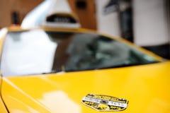 纽约,美国- 2018年10月29日:典型的美国黄色徽章出租汽车 库存照片