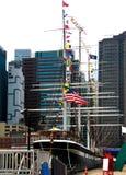 纽约,美国- 2018年9月2日:南街道海口和码头17在曼哈顿下城 区域包括现代旅游购物中心 库存照片