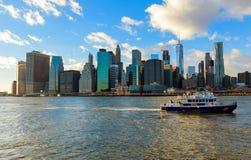 纽约,美国- 2017年8月16日:反应在East河纽约的一个紧急状态的NYPD小船 免版税图库摄影
