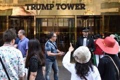 纽约,美国- 2018年6月08日:在Tru附近入口的游人  免版税库存照片