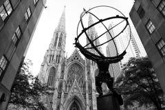 纽约,美国- 2018年6月8日:地图集雕象在洛克菲勒中心的从圣帕特里克` s大教堂站立  免版税图库摄影