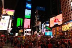 纽约,美国- 2018年8月31日:时报广场的看法 广告的五颜六色的光在摩天大楼的 人们 免版税库存图片