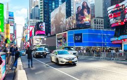 纽约,美国- 2017年11月2日:曼哈顿在时代广场附近的` s大道在一个晴朗的早晨 库存照片