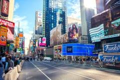 纽约,美国- 2017年11月2日:曼哈顿第7条大道` s视图在时代广场附近的 免版税库存照片