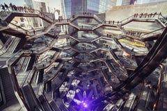 纽约,美国- 2019年3月18日:现代建筑学大厦船螺旋形楼梯是哈德森围场的焦点Ne的 库存图片