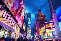 纽约,美国- 2017年11月3日:第7条大道曼哈顿的观点在时间广场附近的在微明在晚上 免版税库存照片